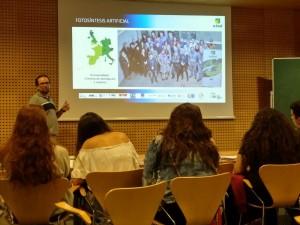 Álvaro Reyes talking about artificial photosynthesis to the Bojos per la ciència students